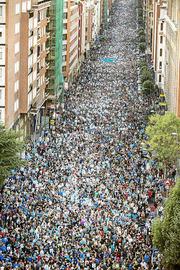 """Euskal Herria: Una multitud exige """"respeto a los derechos"""" de presos y exiliados. [vídeo] P002_f01_88332"""